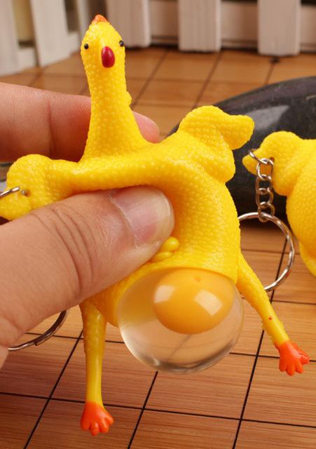 Kip sleutelhanger legt een ei – te grappig